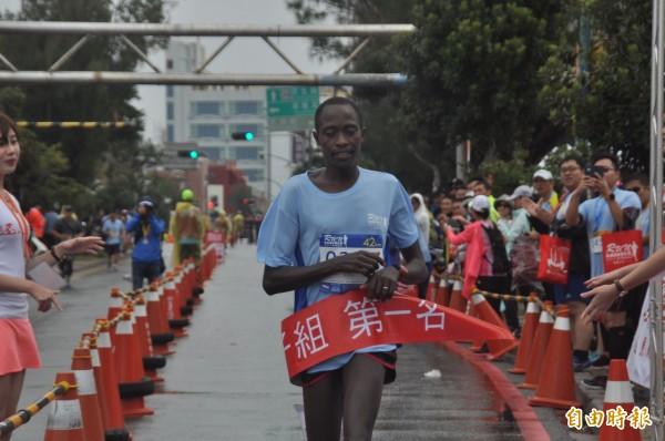 今年澎湖遠航馬拉松,男子組第一名由肯亞Rotich Willy Kipkemoi奪冠。 (記者劉禹慶攝)
