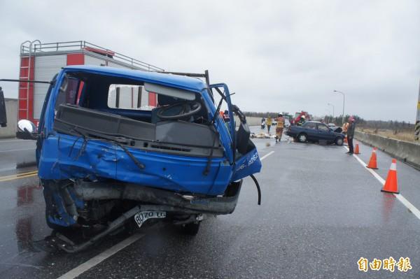 疑似跨越雙黃線闖禍的自小貨車,左側車頭全毀。(記者劉禹慶攝)