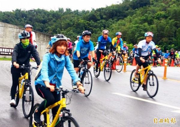 日月潭自行車嘉年華活動,今在風雨中登場,車友熱情不受影響,參與十分踴躍。(記者謝介裕攝)