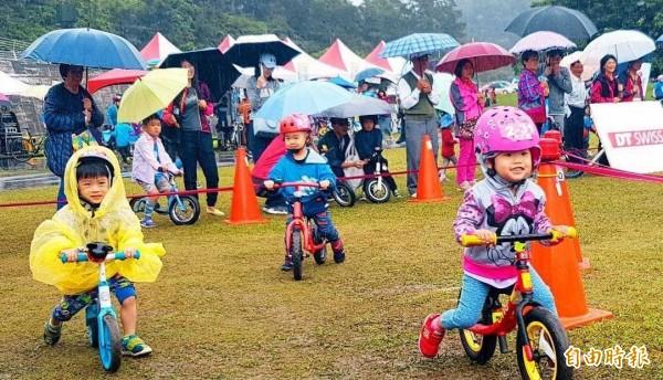 日月潭自行車嘉年華活動之「兒童滑步車趣味賽」,今在風雨中登場,小朋友玩的不亦樂乎,可愛指數破表。(記者謝介裕攝)