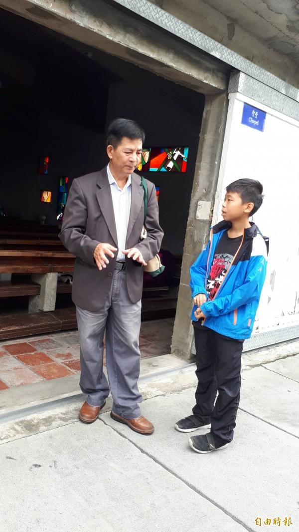 公東高工校長藍振芳(左)向參加寫生的小朋友說公東高工的故事。(記者黃明堂攝)