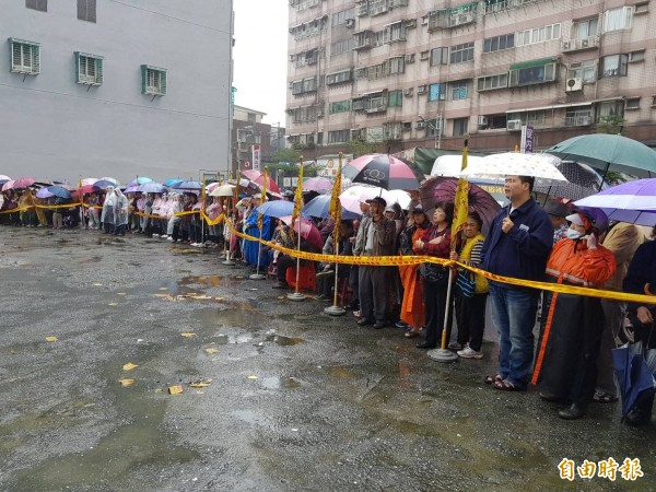 大批民眾與鄰居爭相圍觀目睹拍照。(記者俞肇福攝)