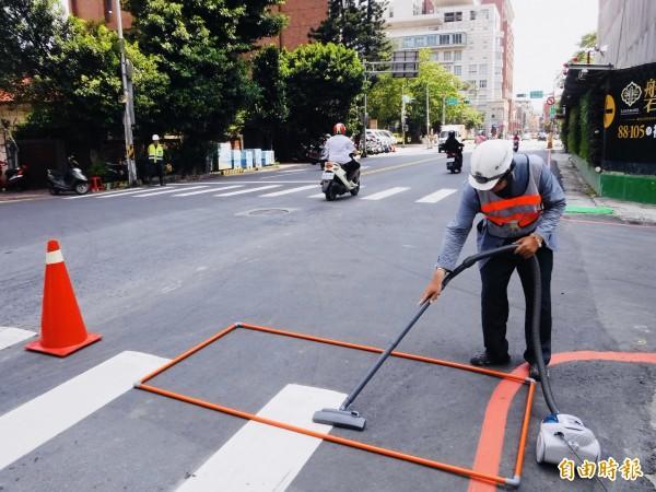 新竹市府輔導營建業者認養道路洗掃達9447公里。(記者蔡彰盛攝)