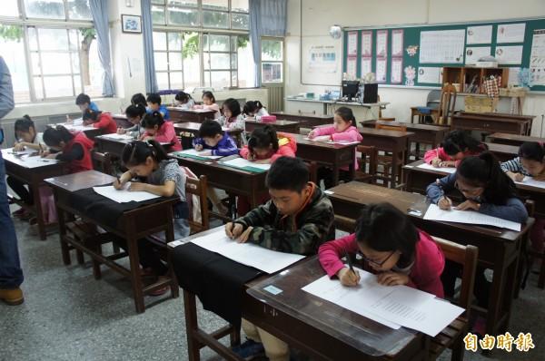青埔教育基金會結合雲林縣硬筆書法發展協會首度舉辦硬筆書法比賽。(記者廖淑玲攝)