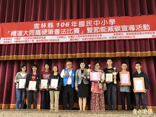 青埔教育基金會董事長立委張麗善頒獎表揚優勝學生。(記者廖淑玲攝)
