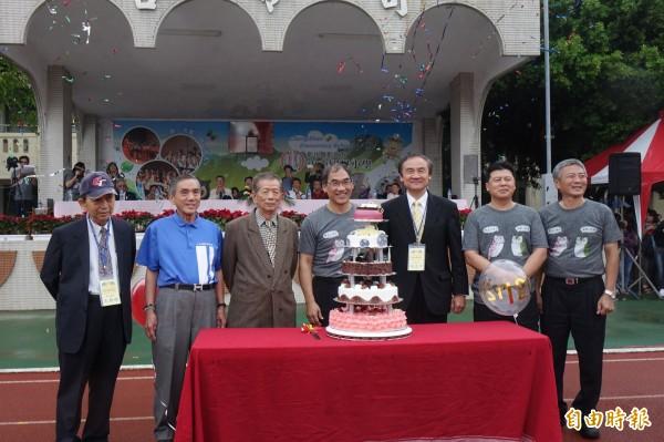 彰化市中山國小以生日蛋糕,來歡慶120歲生日。(記者劉曉欣攝)