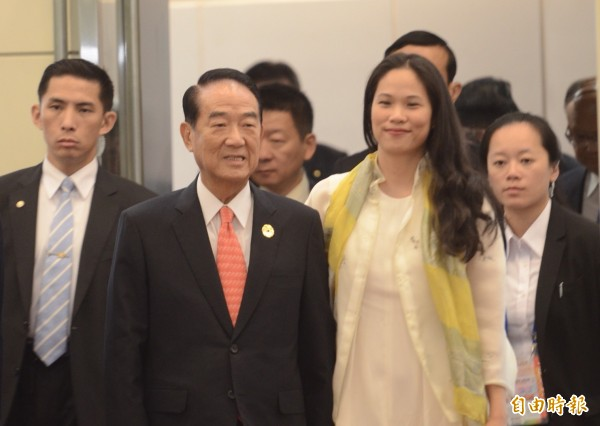 亞太經濟合作會議(APEC)經濟領袖會議代表團由宋楚瑜率團返國,當記者問到女兒宋鎮邁表現時,宋楚瑜則表示,「不辱使命,我以她為傲」,APEC收穫成果他則另行舉行記者會說明。(記者姚介修攝)