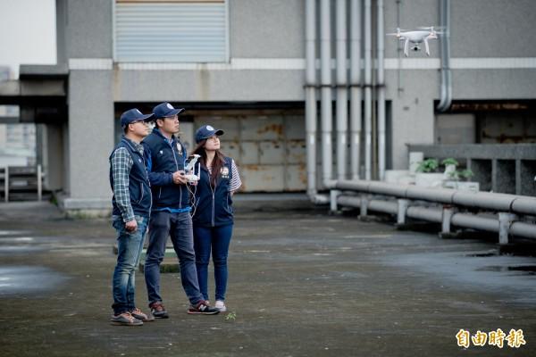 桃園市環保局與中原大學合作研發搭載空氣品質監測器的無人飛行機,預計明年3月能發表上路。(記者陳昀攝)