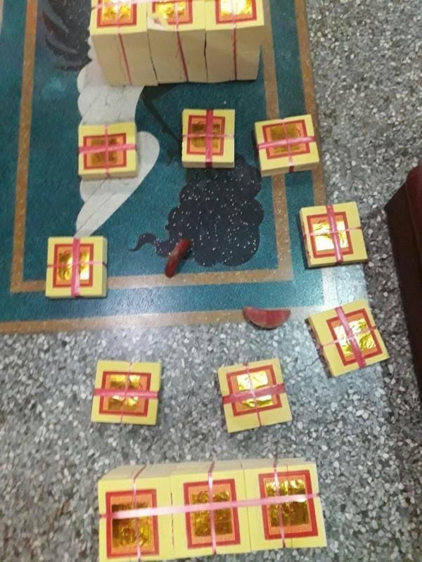 嘉市慈濟宮駕前太子爺信徒請示分靈時擲出立筊,地震震不倒,信眾嘖嘖稱奇。(記者丁偉杰翻攝)