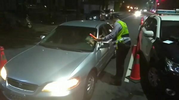 警方設置路檢點實施酒駕取締勤務。(記者許國楨翻攝)