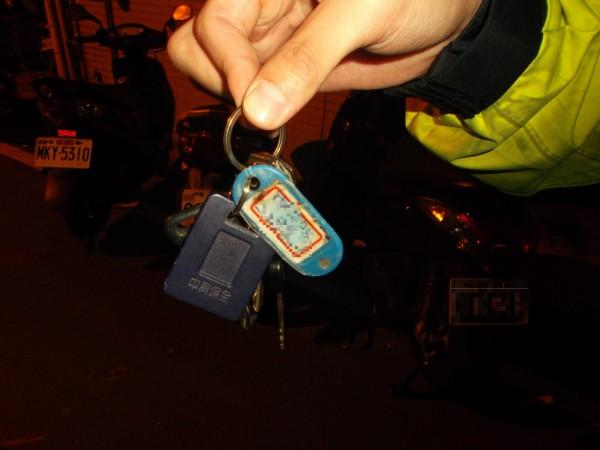 警方用磁鐵組幫助胡姓男子撿回鑰匙。(記者周敏鴻翻攝)