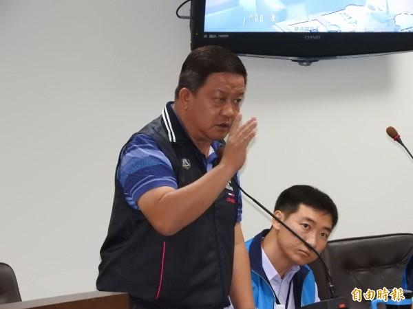 埔里鎮長周義雄對砍除黑板樹的程序疏失公開向鎮代會道歉,違反森林法部分也會自行繳納罰鍰。(記者佟振國攝)