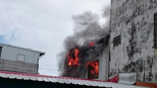 台東市區住宅火警,熊熊烈焰嚇壞臨戶,1名老婦葬身火海。(記者陳賢義翻攝)