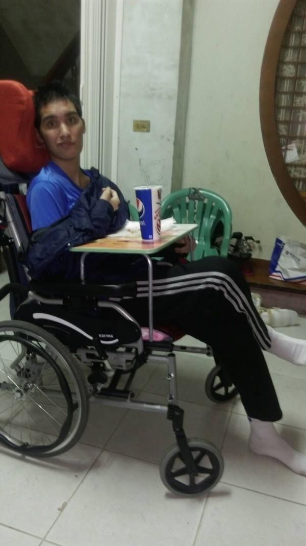 癱瘓一年後,18歲的徐恩溢最近逐漸恢復功能,不但能認人、簡短回應媽媽的話,還能自己拿湯匙吃飯。(林愛崙提供)