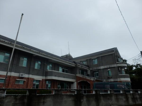 現在的長濱衛生所位在高處,又離長濱村街道有段距離。(記者王秀亭翻攝)