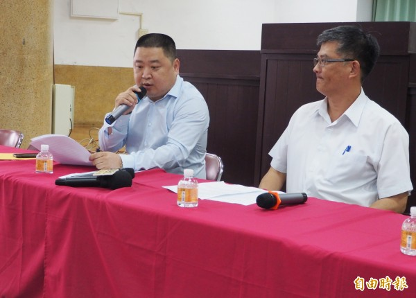 草屯農會理事長陳文忠(左)加碼爆料昔日理事長常監有3筆呆帳,讓農會遭受損失。(記者陳鳳麗攝)