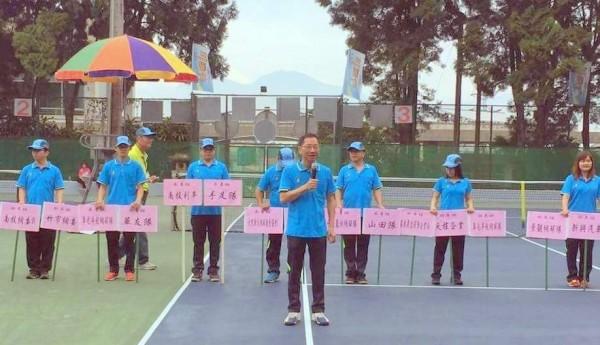 南投縣魚池鄉長陳錦倫(持麥克風者),感謝各界對三藏杯軟式網球錦標賽的支持。(記者謝介裕翻攝)(記者謝介裕攝)