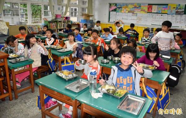 中壢青埔國小學童享用米其林級營養午餐,吃得津津有味。(記者李容萍攝)