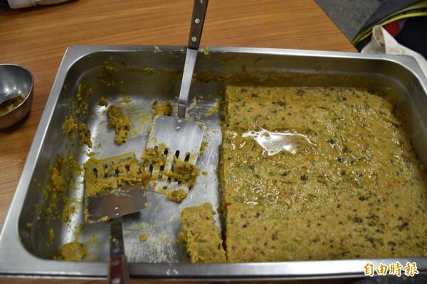 使用南瓜、紅蘿蔔、香菇、碗豆等烹飪的黃金蘿蔔糕,成了取代傳統米飯的主食。(記者李容萍攝)