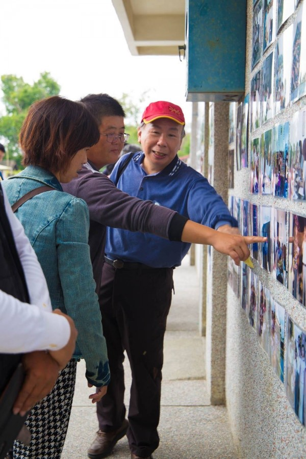 榮光村居民驚訝指著40年前的自己。(邱明憲提供)