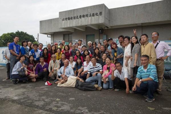 曾經服務榮光村的政大社會服務隊大學生重返,與當年學童一起合影留念。(邱明憲提供)