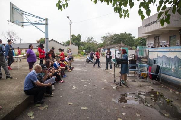 榮光村社造活動成果展,居民齊聚活動中心,聽音樂、看影像回憶時光。(邱明憲提供)