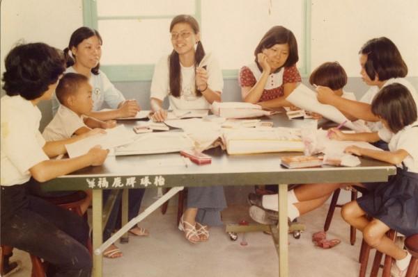 40年前,政大社會服務隊,來到榮光村為學童進行課輔教學。(政大指南服務團提供)