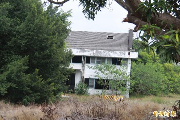 彰化榮民工廠年久未修,廠房屋頂破了大洞,周邊雜草叢生。(記者陳冠備攝)