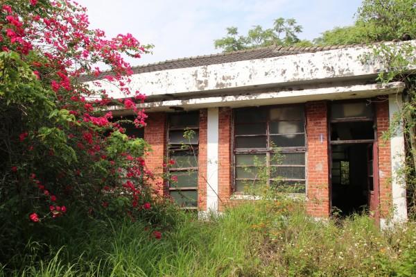 彰化榮民工廠內有紅磚築成的宿舍區,保存仍相當完整。(圖:巫宛萍提供)