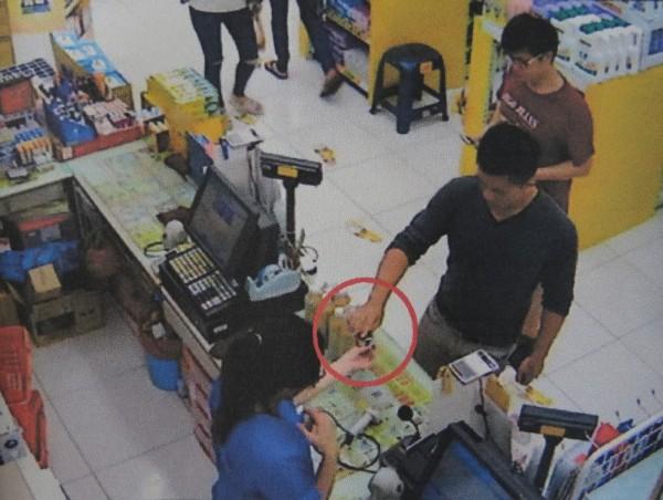 劉姓男子(右前一)涉到大賣場盜刷騙得的他人遺失信用卡購買價昂商品再變賣現金牟利。(記者王俊忠翻攝)