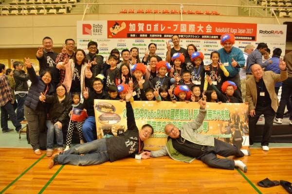 海東國小榮獲二金一銀三銅,表現亮眼,RoboRAVE副主席(右上)也戴國旗帽,與學生、家長一起合照。(海東國小提供)