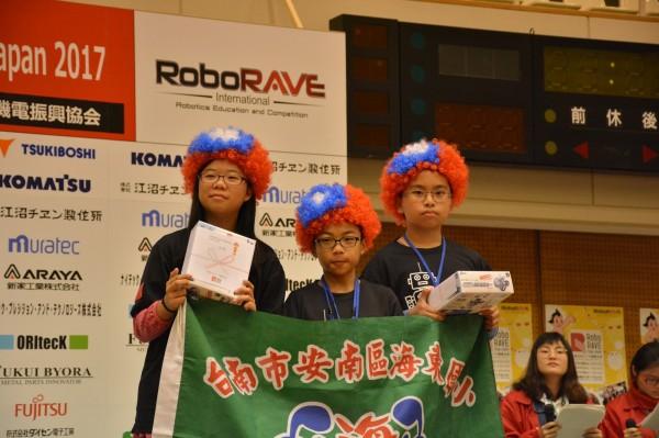 得獎同學上台領獎,均戴國旗帽,吸引全場目光。(海東國小提供)