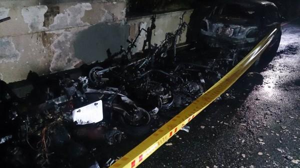 整排機車燒到只剩骨架,就連停在一旁的轎車也被火勢波及。(記者王宣晴翻攝)
