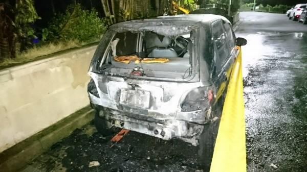 停在機車附近的轎車被火勢燒到後半部全毀。(記者王宣晴翻攝)