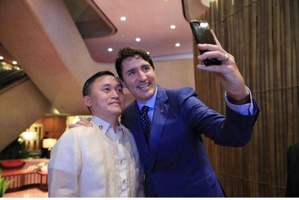 勞倫斯在臉書上傳一組自拍照片,對象包括杜魯道、安倍晉三、文在寅、翁山蘇姬和李顯龍等世界領袖。(圖擷自Christopher Bong Go Facebook)