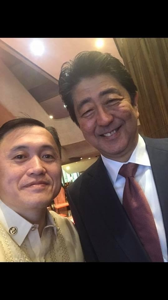 日本首相安倍晉三也逃不出他的「追獵」。(圖擷自Christopher Bong Go Facebook)