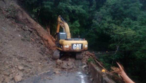 北橫明池路段今天上午解除預警性封路,將交管每整點放行10分鐘,圖為昨天坍方搶修情形。(資料照,記者江志雄翻攝)