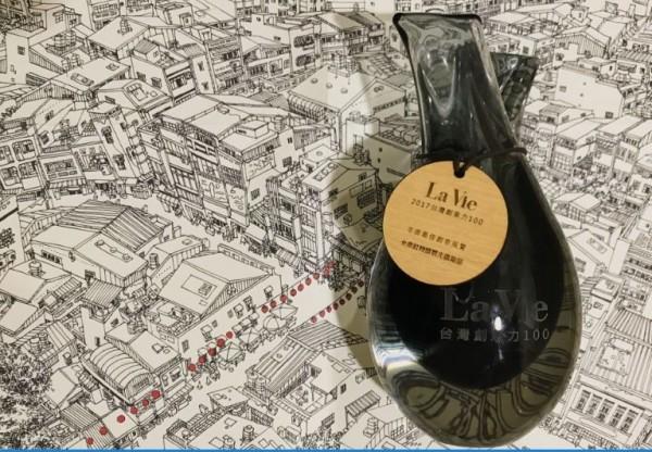 「台南紅椅頭觀光俱樂部」 獲選La Vie雜誌「2017台灣創造力100」獎項。(記者洪瑞琴翻攝)