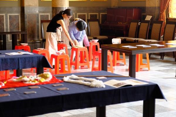 日本民眾參觀紅椅頭。(南市觀光旅遊局提供)