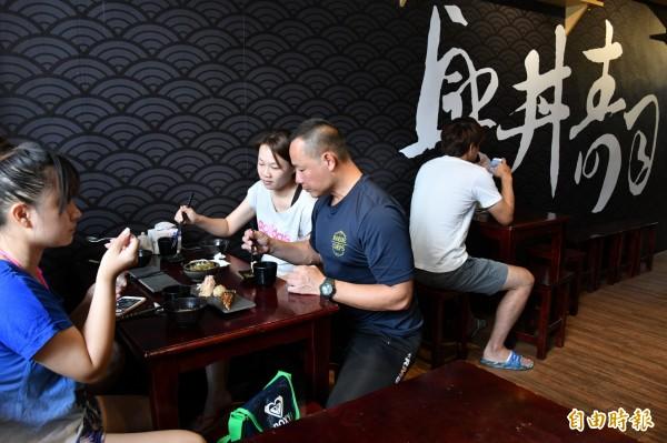 壽司店連平日都有滿滿人潮。(記者蔡宗憲攝)