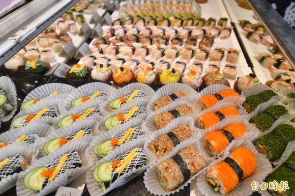 前台五花八門的壽司,是吸引顧客上門的第一印象。(記者蔡宗憲攝)