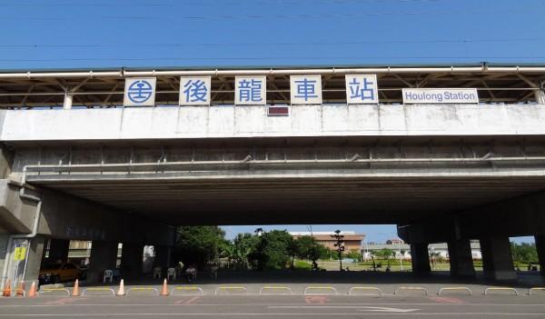 後龍車站今早發生區間車電纜脫落事故,導致車內約300名通勤族誤點約一小時。(記者鄭名翔翻攝)