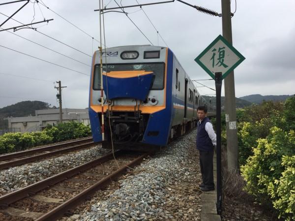 一輛區間車北上進站苗栗後龍站前,因電纜脫落,導致約300名乘客誤點一小時。(記者鄭名翔翻攝)