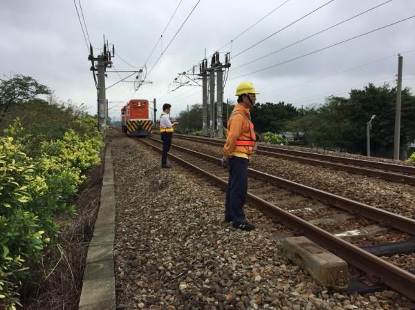 台鐵人員緊急搶修中,目前維持通車不受影響。(記者鄭名翔翻攝)