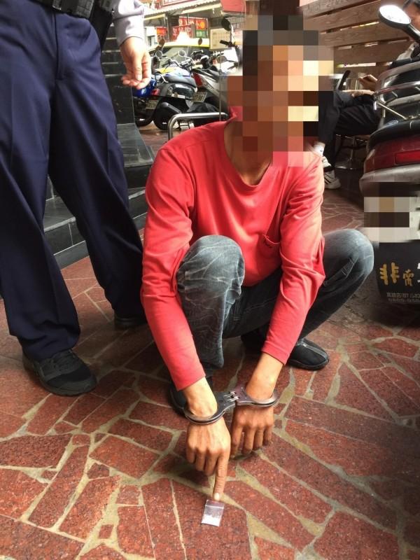 澎湖凌姓男子與妻吵架到高雄散心,煙盒藏毒被保大員警查獲。(記者黃良傑翻攝)