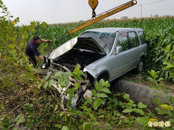 1輛由20歲女子駕駛的休旅車,今日上午近10時行經國道中山高坔頭港段,疑因車速過快追撞前車後,衝下邊坡翻落玉米田。(記者王涵平攝)