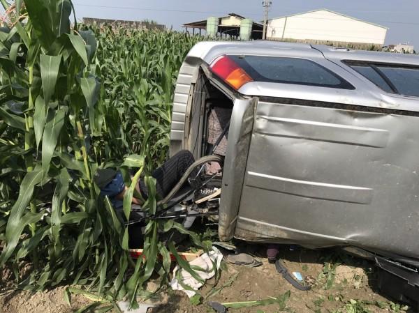 休旅車內女姓駕駛已由路過熱心民眾協助脫困救出,幸意識清楚,僅受輕傷。(記者王涵平翻攝)