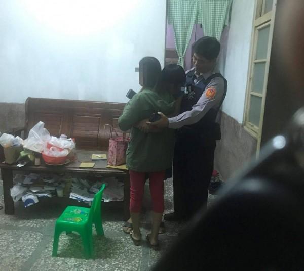 陳姓少年離家出走,在員警的協助下返家向母親認錯。(記者黃佳琳翻攝)