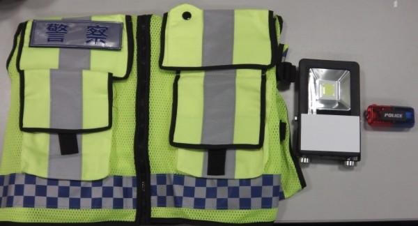 嘉義市警察局為交通警察新採購的反光背心、肩燈等,提升夜間照明效果。(嘉義市警察局提供)