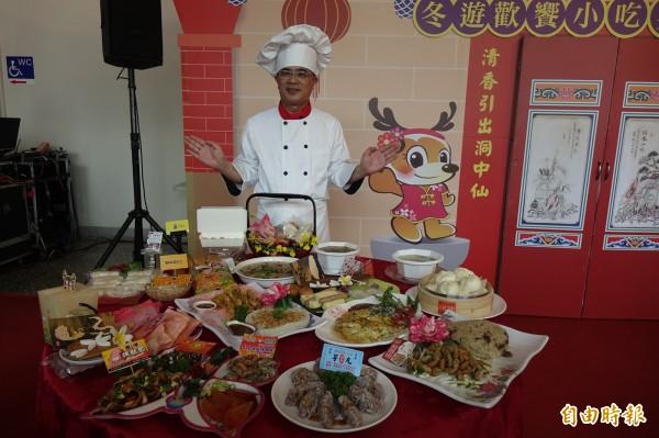 鹿港鎮長黃振彥,強調鹿港小吃宴價格完全不漲。(記者劉曉欣攝)